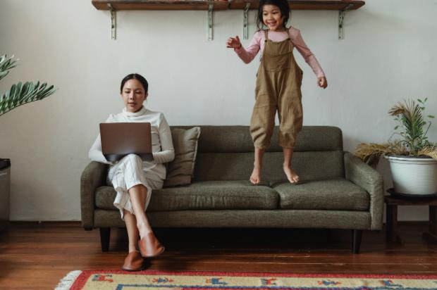 Cum îţi organizezi mai bine biroul de acasă cu ajutorul bibliorafturilor?